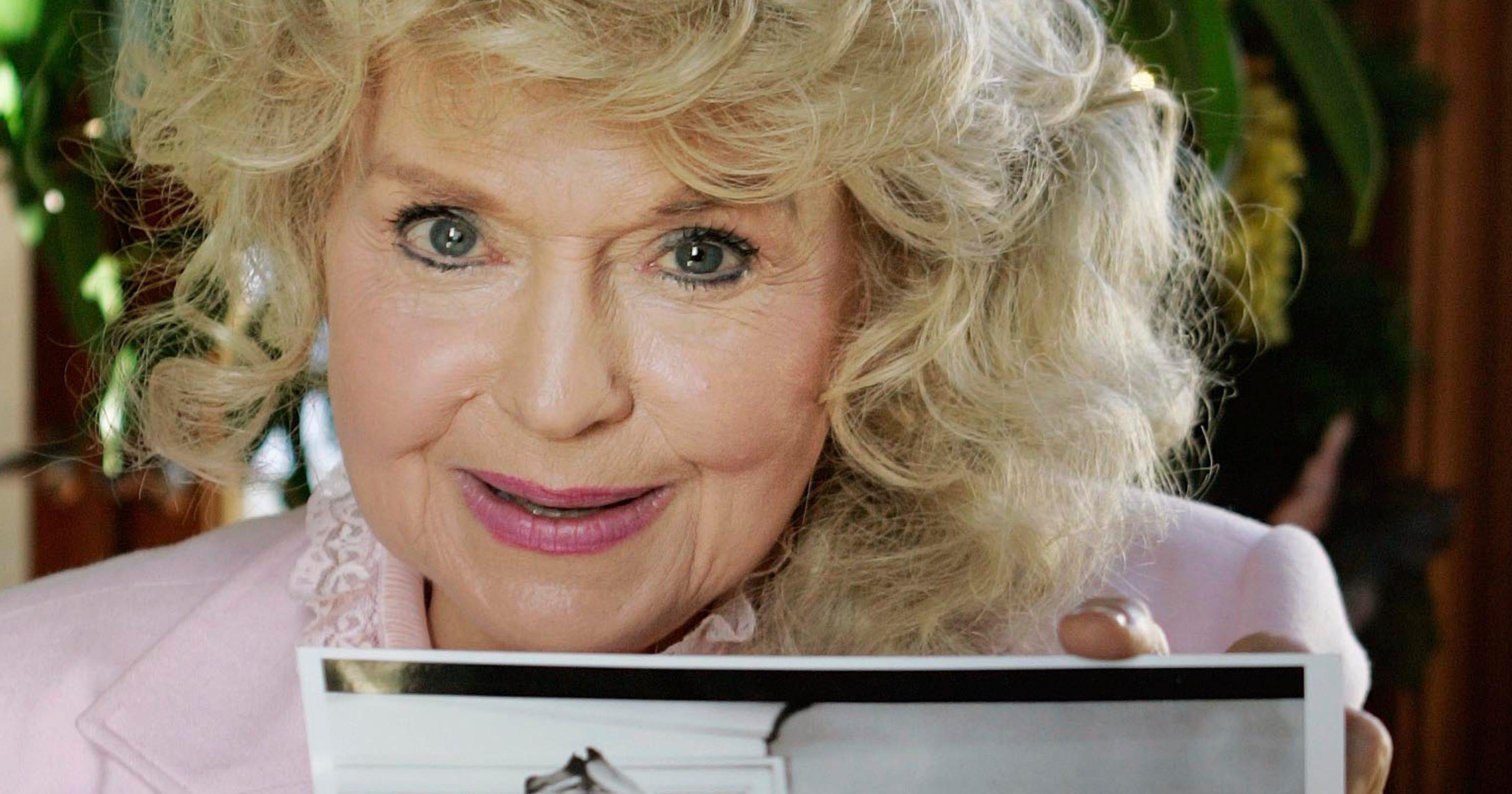 39 beverly hillbillies 39 star donna douglas dies at 82. Black Bedroom Furniture Sets. Home Design Ideas
