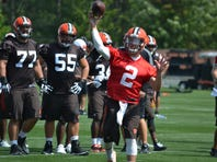 Second-year quarterback Johnny Manziel has resumed throwing in practice for the Cleveland Browns Monday.