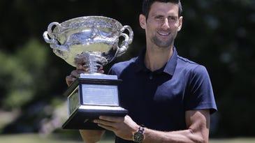 Novak Djokovic de serbia sostienen el trofeo mientras posa en frente de la Casa del Gobernador, en Melbourne, Australia, el lunes 1ro. de febrero de 2016.