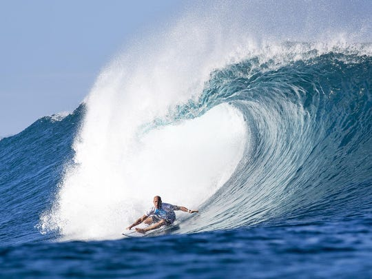 Kelly Slater  winning his Round 3 heat at the Billabong Pipe Masters.