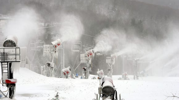 Snowmaking att Cataloochee Ski Area. The slopes are open for day session skiing.