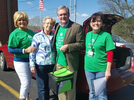 Dover Mayor Lesa Fitzhugh and Stewart County Mayor Rick Joiner deliver meals for Meals on Wheels.