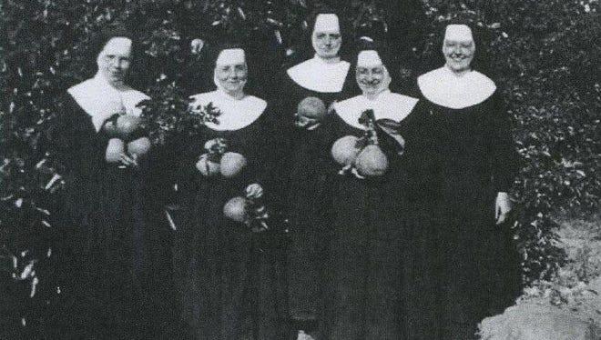 Sisters pick grapefruit in Yuma, Arizona, in 1928.
