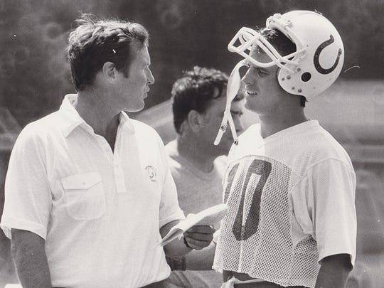 Pelatih Colts Rod Dowhower berbicara dengan QB Art Schlichter.