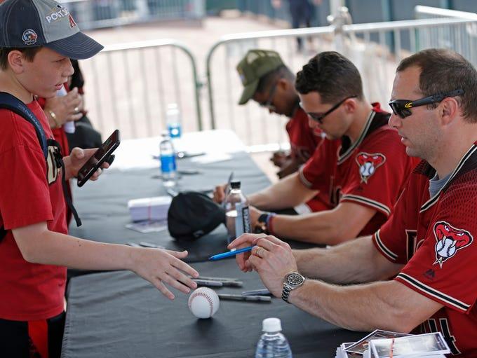 Diamondbacks Paul Goldschmidt signs autographs for