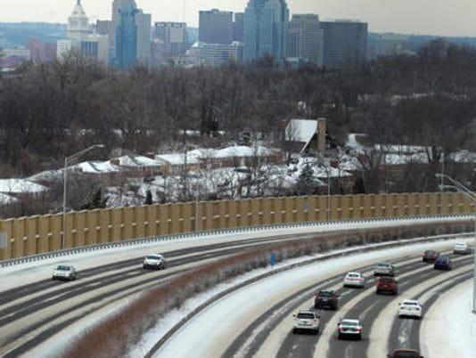 635549271047340337-snow-traffic