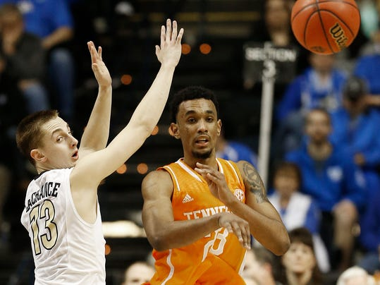 Tennessee rallies from 12 down, beats Vanderbilt 67-61