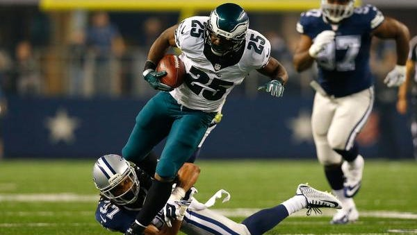 Eagles running back LeSean McCoy, who rushed for 159 yards, breaks free from Dallas' C.J. Spillman on his way to a 38-yard touchdown in the third quarter Thursday in Arlington, Texas.