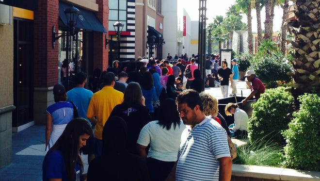 People wait in line for the new iPhone 6 in Baton Rouge.