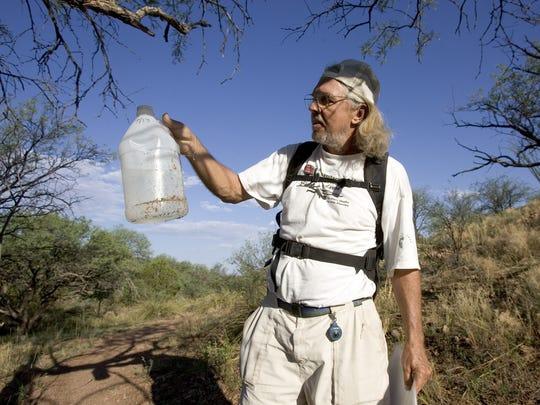 El agua es un líquido vital para la vida humana, especialmente cundo una persona camina por el desierto bajo temperaturas que en el verano superan fácilmente los 110 grados Fahrenheit. Foto archivo