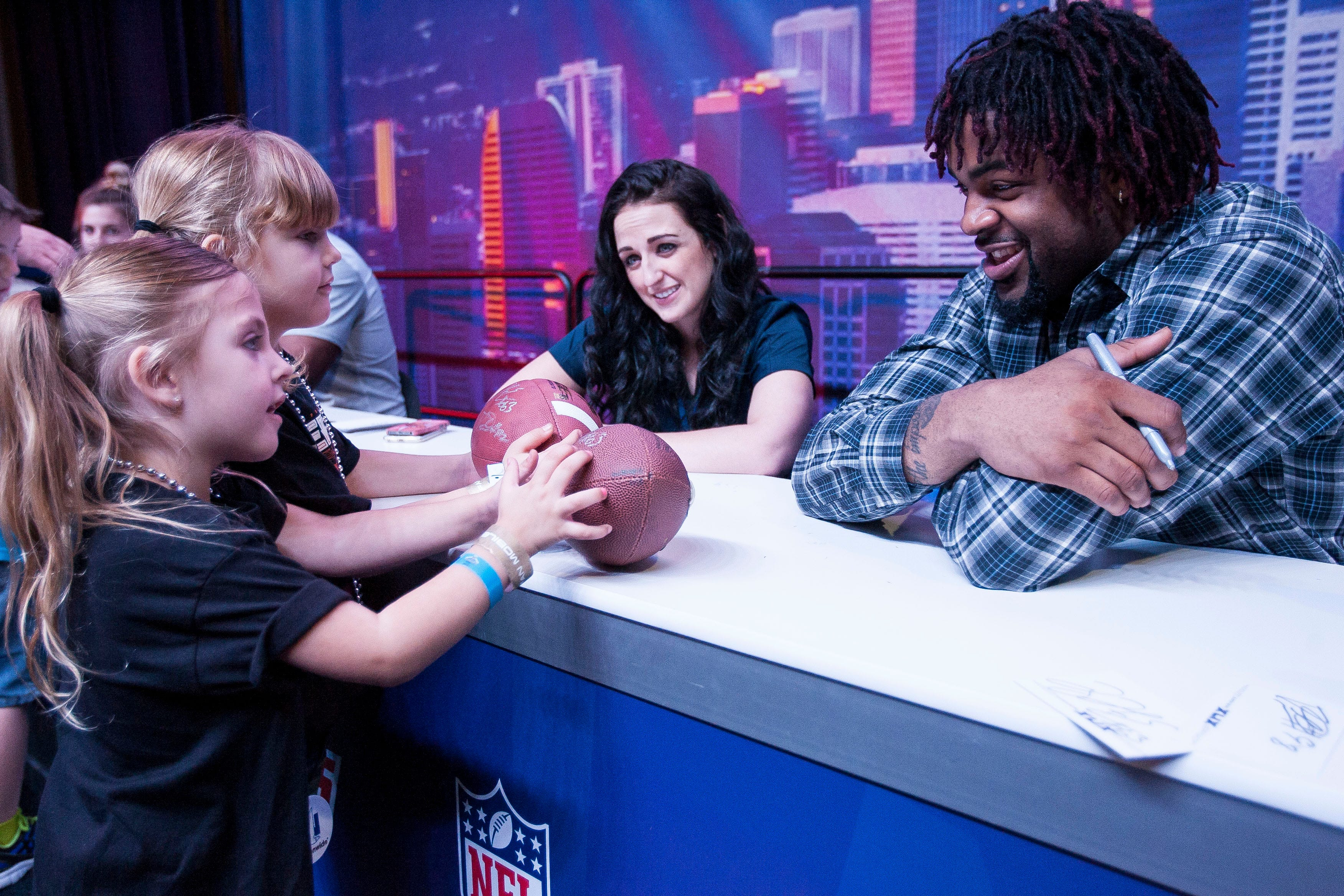 Wonderful Kellie (L) And Kaydence Coleman (C) Get An Autograph From New York Giant  Damontre Moore, 98, At The Phoenix NFL Experience Held At The Convention  Center In ...