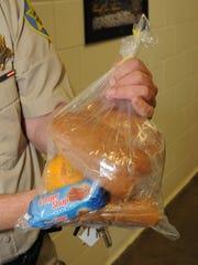 Esta bolsa contiene la primera de las dos comidas de un reo, compuesto en su mayoría por pan.