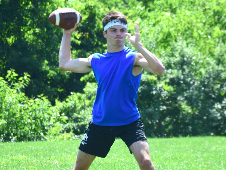 Robert E. Lee's William Dod throws a pass during the