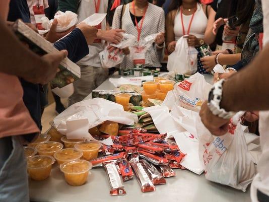 636389181179233193-Students-pack-snack-bags.jpg