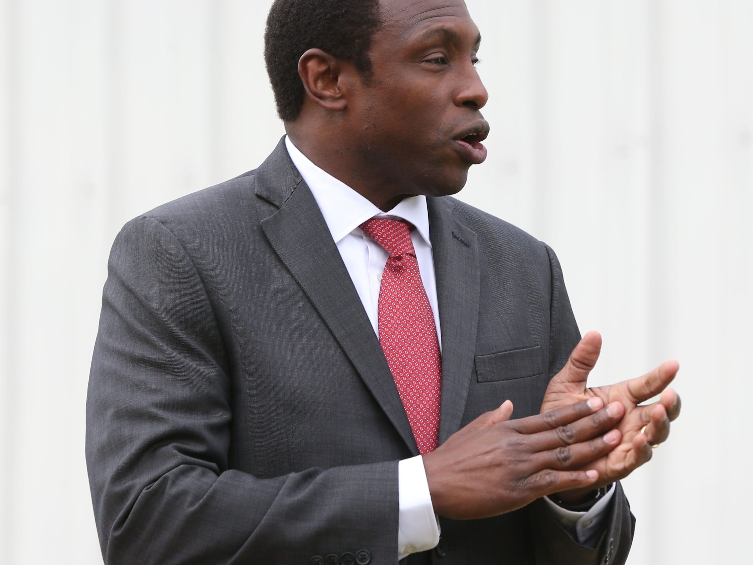 Avery Johnson arrives in Alabama