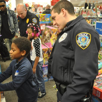 Glendale students get Bayshore shopping spree with cops
