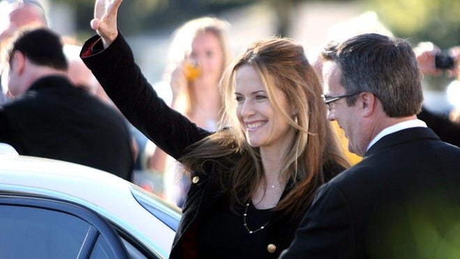 "Kelly Preston waves to fans as she arrives at the Ocala premiere of ""Old Dogs"" at Hollywood 16 Theaters in Ocala on Nov 20, 2009."