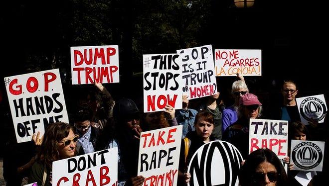 Un grupo de personas convocadas por National of Women (NOW) protestan contra las declaraciones contra las mujeres hechas por el candidato republicano a la presidencia de Estados Unidos Donald Trump, en Nueva York.