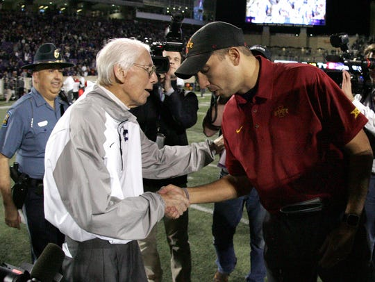 Kansas State Wildcats head coach Bill Snyder shakes