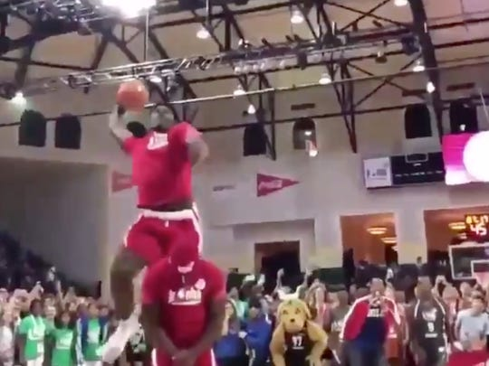 Jarace Walker throws down a dunk over a teammate at the Jr. NBA Camp (Photo: @overtime/Twitter)