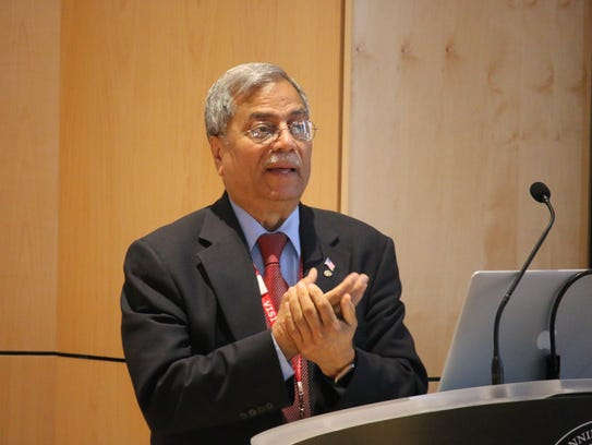 Dr. Mohammad Ali Chaundry delivers a lecture to Pennington