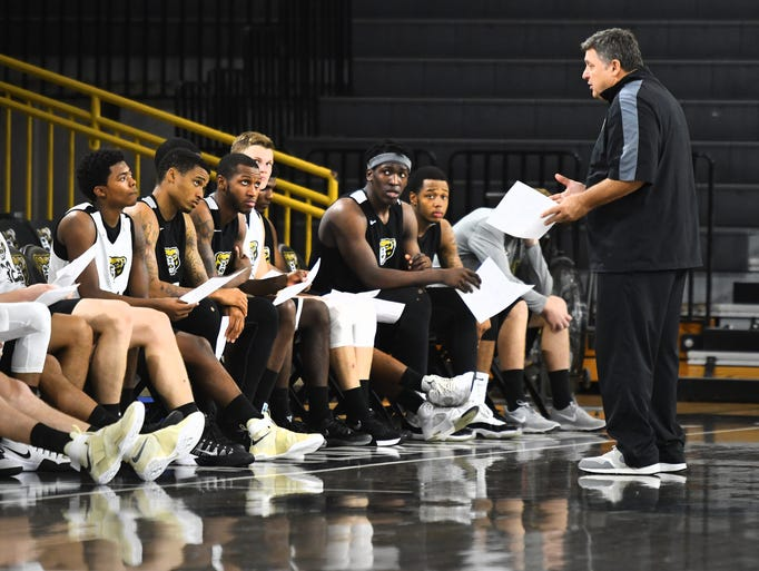 Oakland University Grizzlies head coach Greg Kampe