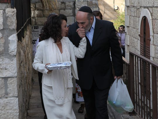 Ettie (Evelin Hagoel) and Zion (Igal Naor) see their
