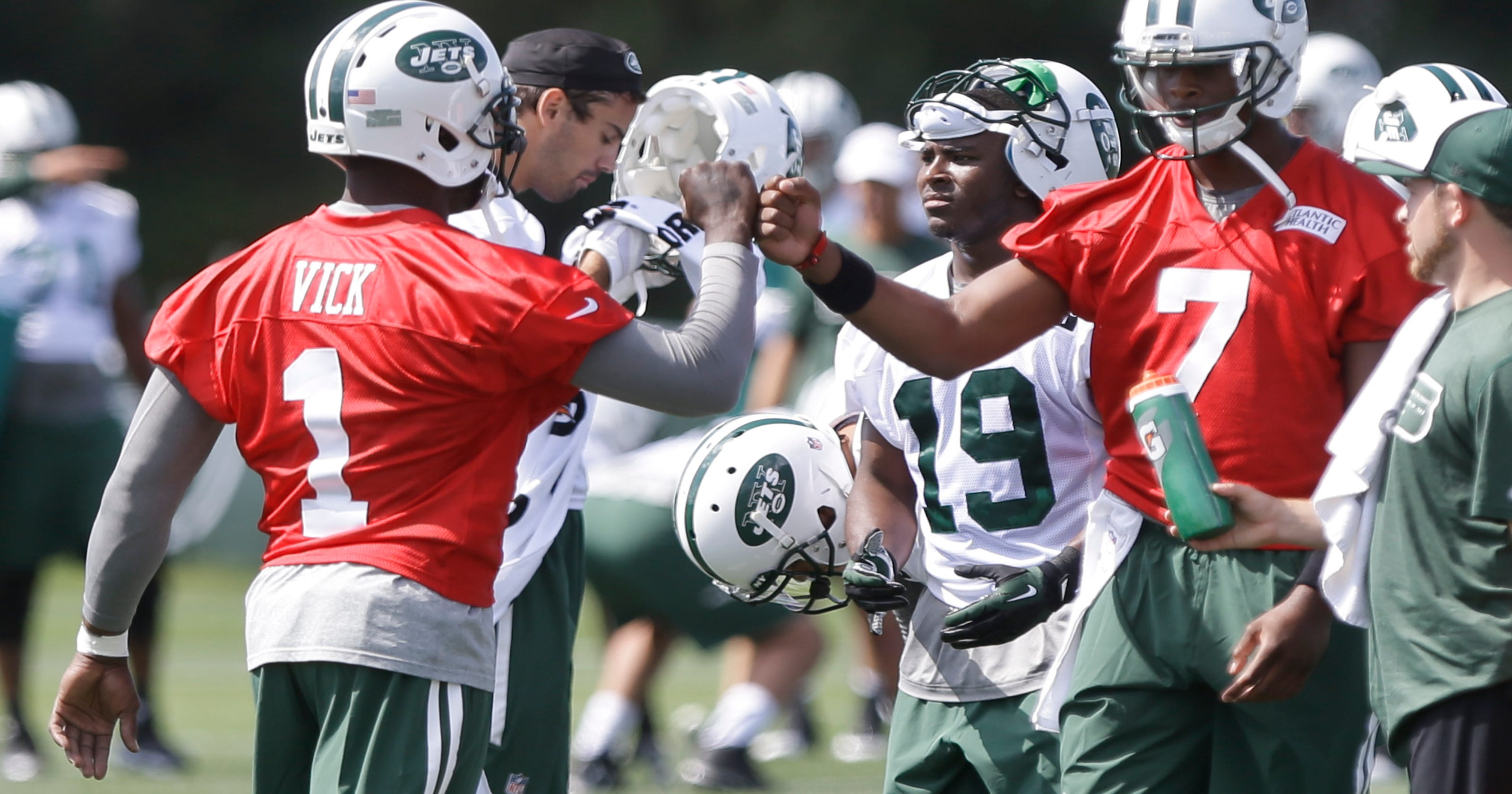 445e09e2a Vick embracing role as mentor to Smith with Jets
