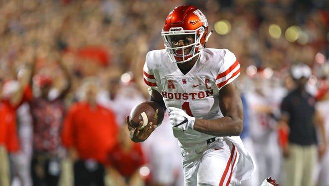 Houston quarterback Greg Ward Jr. (1) carries the ball for a touchdown against the Cincinnati Bearcats.