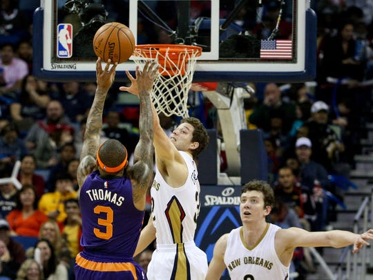 Phoenix Suns guard Isaiah Thomas (3) shoots over New