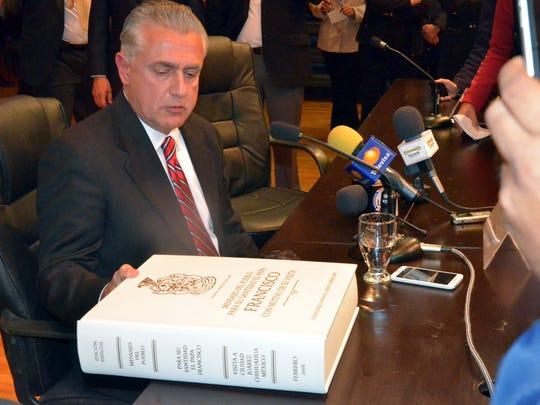 Enrique Serrano dijo que pedirá autorización de la Iglesia Católica para que los libros puedan estar al alcance de los feligreses.
