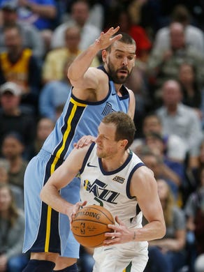 Memphis Grizzlies center Marc Gasol, left, defends