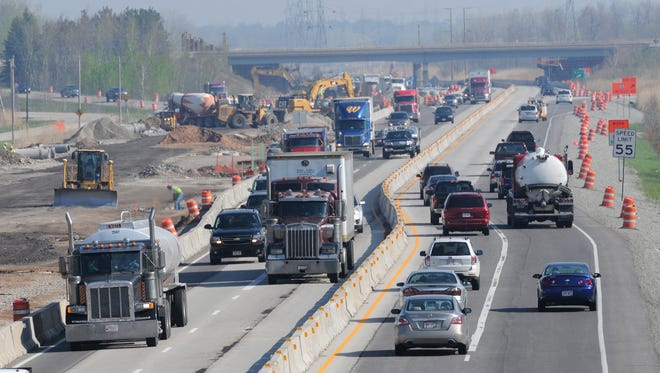 Traffic weaves through the construction zone on U.S. 41/141 between Lakeview Drive and Lineville Road in Howard.