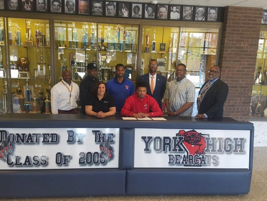 Kyree Generett signs his letter of intent to play basketball