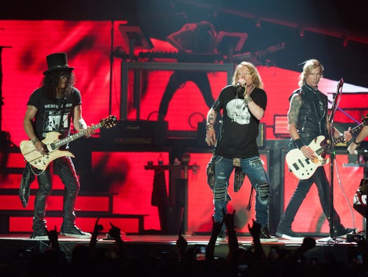 review guns n 39 roses ablaze at ford field tour kickoff. Black Bedroom Furniture Sets. Home Design Ideas