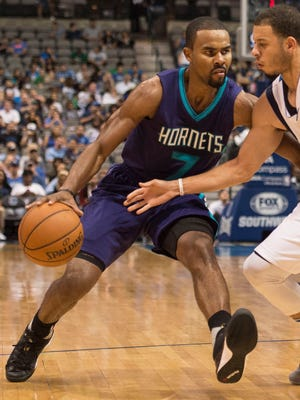 Seth Curry defends Ramon Sessions during a preseason game.
