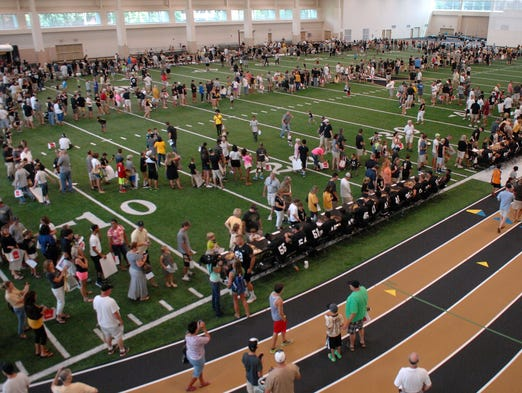 B6919669635Z.1 NAS-VANDYFB0811 Vanderbilt Commodores football fans packed the indoor practice facility for fan day. Players and Coach Derek Mason were on hand to sign autographs and meet the fans.