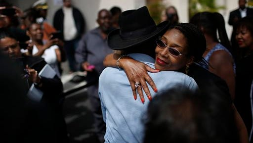 Rita Washington, facing camera, daughter of B.B. King, embraces people waiting in line during a public viewing of the blues legend Friday, May 22, 2015, in Las Vegas.