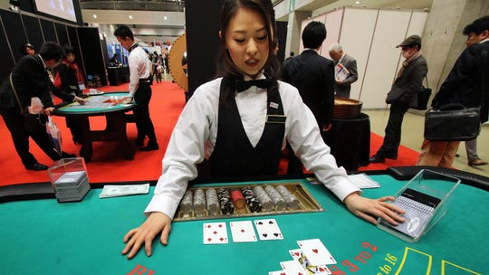 A dealer demonstrates how to play blackjack at a leisure