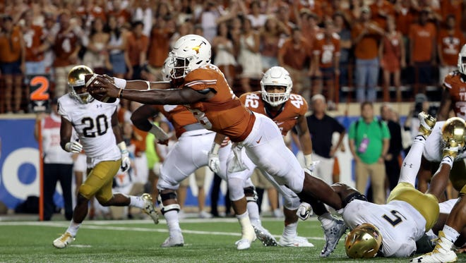 Texas Longhorns quarterback Tyrone Swoopes dives in for the winning TD.