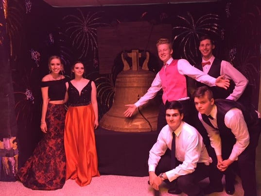 636600150867040385-promgoers-pose-in-front-of-a-liberty-bell-replica.jpg