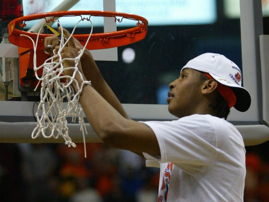 Carmelo Anthony cuts down the net after Syracuse beat