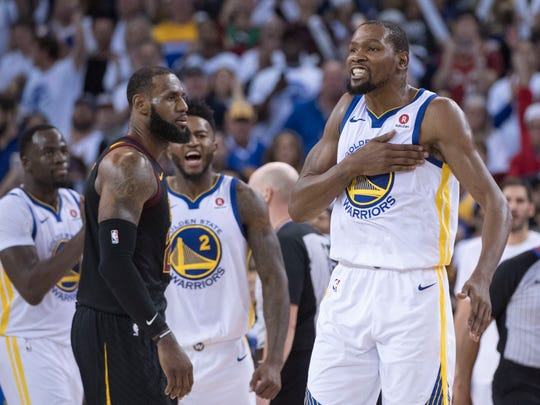 2017-18 regular season: Kevin Durant celebrates in front of LeBron James.