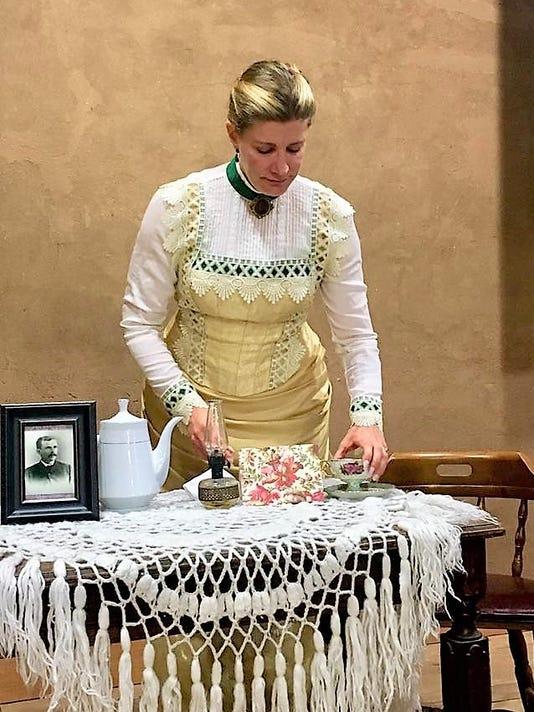 Elise Gomber as Carolina