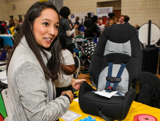636533545956459909-Rachel-Hiatt-Monroe-Carell-Jr-Children-s-Hospital-demonstrates-proper-carseat-use.jpg