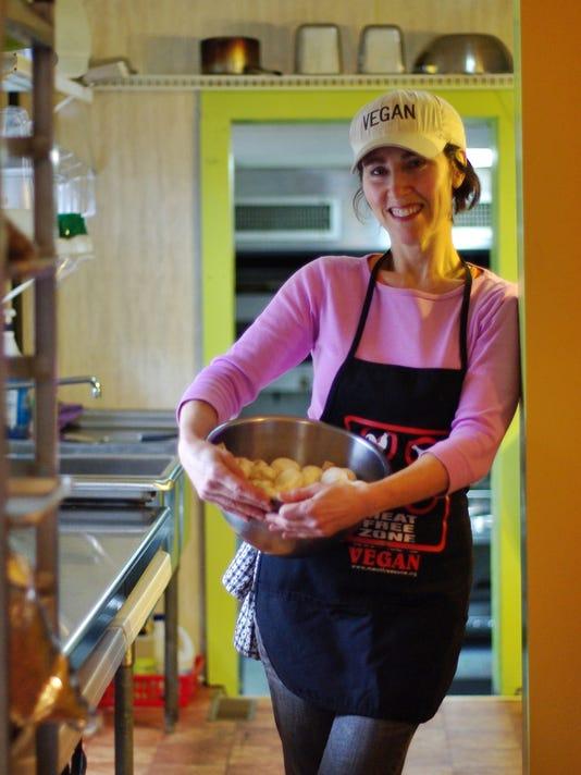 Roni-Shapiro-Vegan-Gourmet-in-her-kitchen.JPG