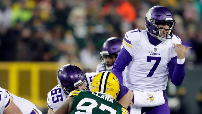 Minnesota Vikings quarterback Case Keenum (7) runs the offense against the Green Bay Packers in the first quarter at Lambeau Field.