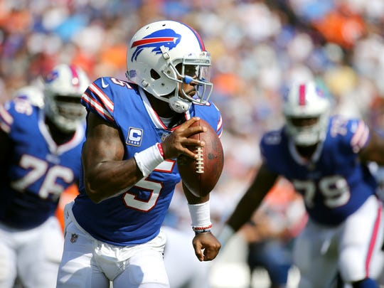 Bills quarterback Tyrod Taylor rolls to his right to