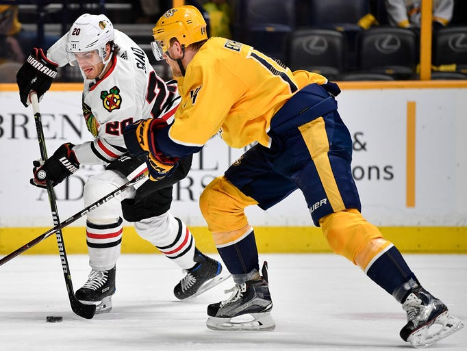 Chicago Blackhawks left wing Brandon Saad (20) advance