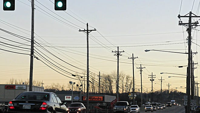 At the intersection of Columbia Avenue and Downs Boulevard, at the start of rush hour, a long stream of cars are seen coming from the south toward Franklin.